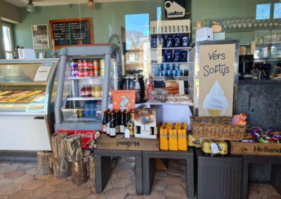 Warme en koude dranken bij ijssalon Ambrosijn op Schiermonnikoog