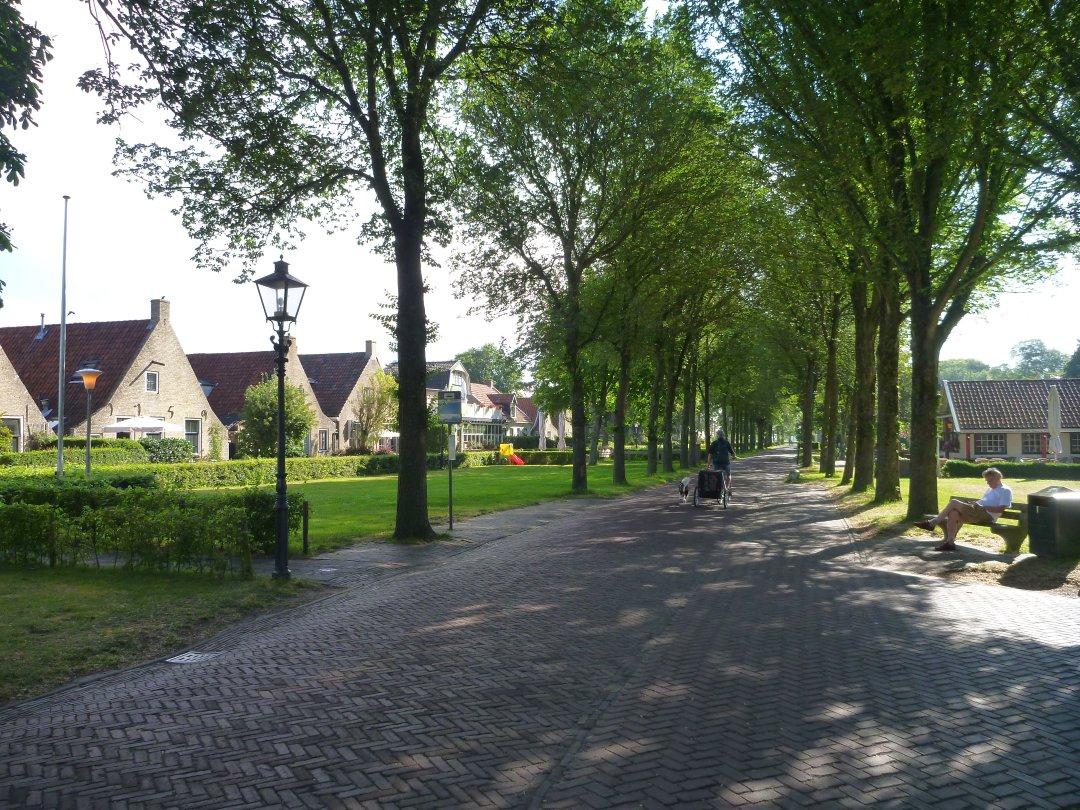 De Langestreek, laan met pittoreske eilanderhuisjes op Schiermonnikoog